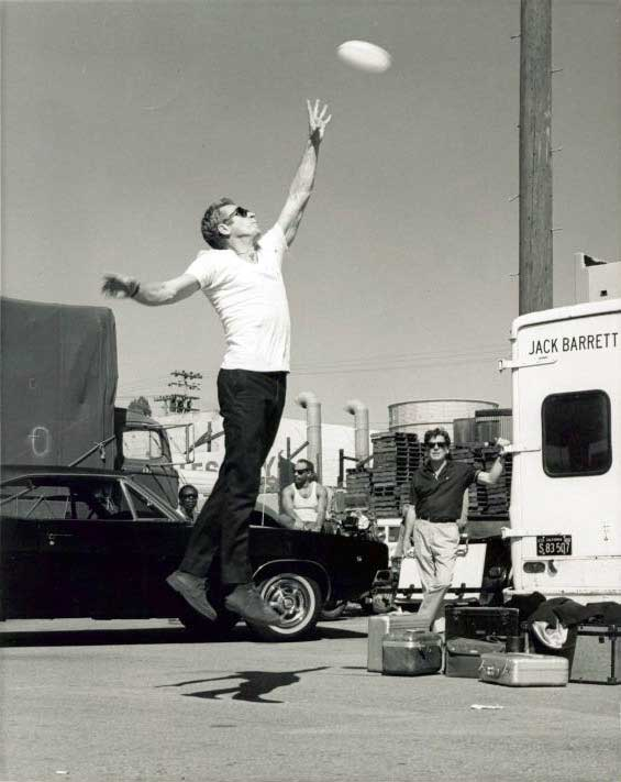 Steve-McQueen-playing-with-a-frisbee-on-the-set-of-Bullitt
